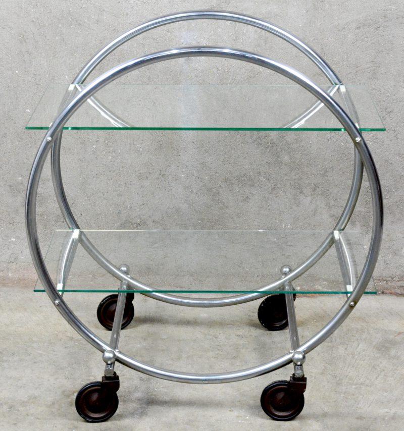 Een verchroomd art deco serveerwagentje met twee glazen leggers en op wieltjes. Jaren '20.