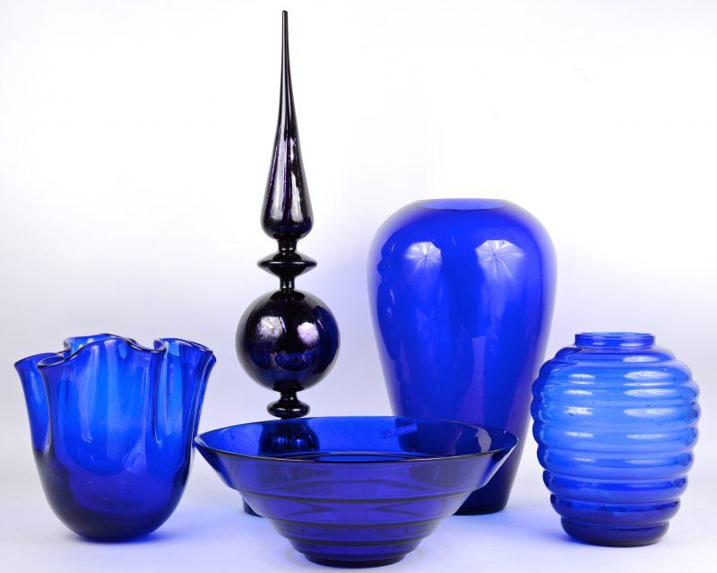 Een lot blauw glas, bestaande uit een coupe, drie vazen en een piek.
