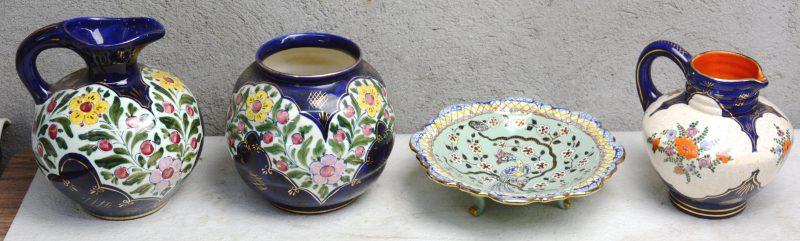Twee kannen, een bolle vaas en een schotel op voet van meerkleurig glansplateel. Onderaan gemerkt.