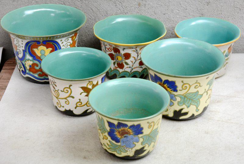 Zes verschillende cachepots van Gouds aardewerk, versierd met meerkleurige bloemendecors.