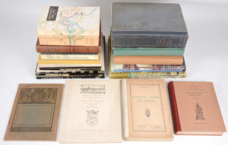 """20 boeken m.b.t. Stad Antwerpen en de Haven. A.J.J. Delen. """"Iconographie van Antwerpen"""". Ed. Kryn, Brussel, 1930. Genummerd 344/500. En 19 andere."""