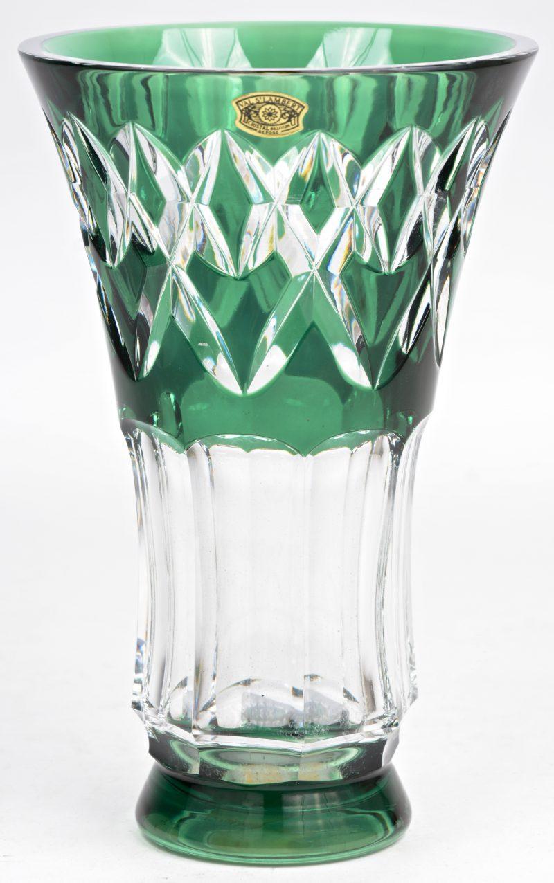 Een vaasje van groen gedubbeld en geslepen kristal. Gemerkt.