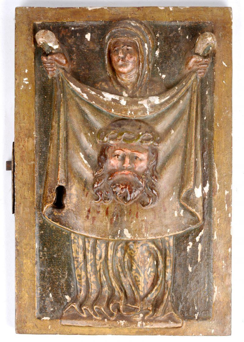 Een tabernakeldeurtje met een gepolychromeerd  gipsen reliëfdecor van Veronica met de zweetdoek. Omdtreeks 1600.