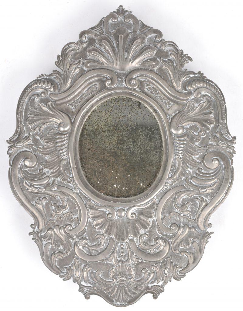 Een spiegel met gedreven tinnen lijst. Duitsland, omstreeks 1800.