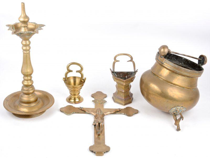Een lot antiek messing, bestaande uit twee wijwatervaatjes, een kruisbeeld, een aquamanille en een olielamp.