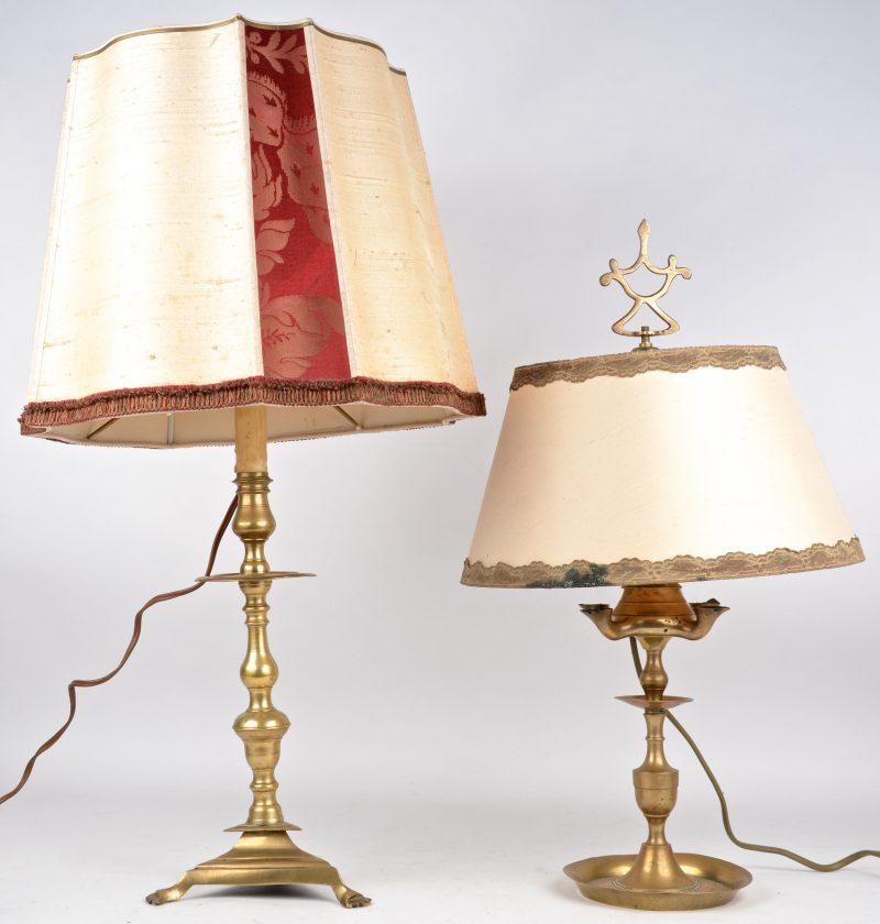 Een kandelaar en een olielampje van messing, beide gemonteerd als lampenvoet.