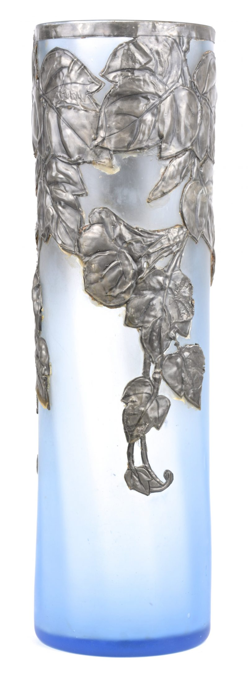 Een vaas van gesatineerd blauw glas met een tinnen bladerdecor. Begin XXe eeuw.