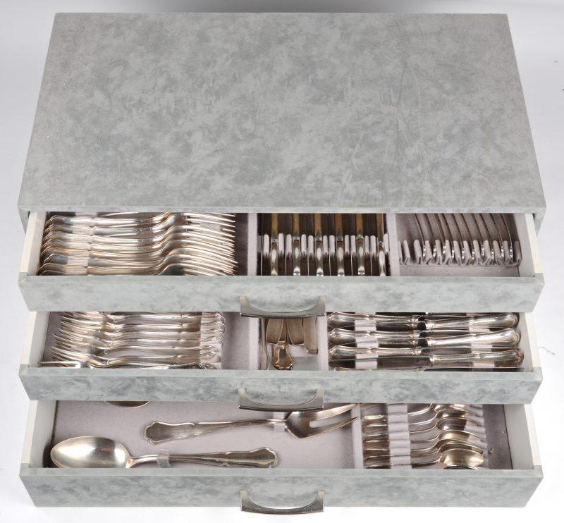 Een verzilverd metalen bestek in bestekkoffer. Voor twaalf personen. Enkele stukken manco.