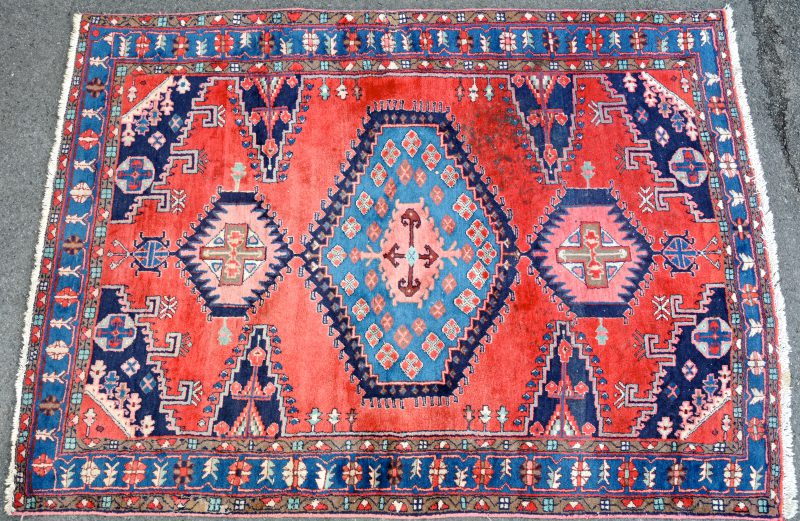 Een handgeknoopt Perzisch wollen karpet. Te reinigen.