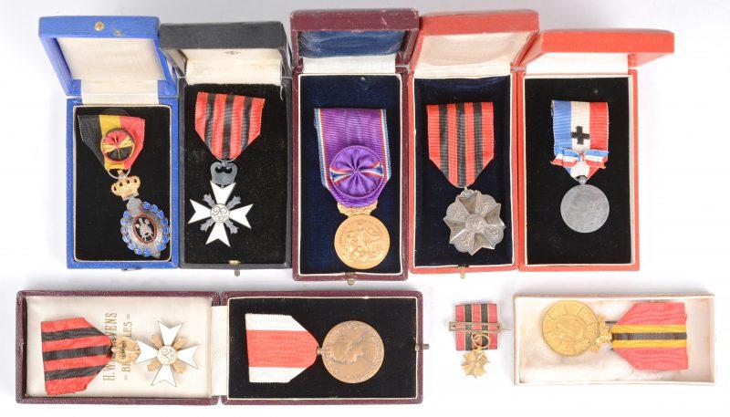 Een lot van acht verschillende vroeg XXe eeuwse medailles. In houten kistje.