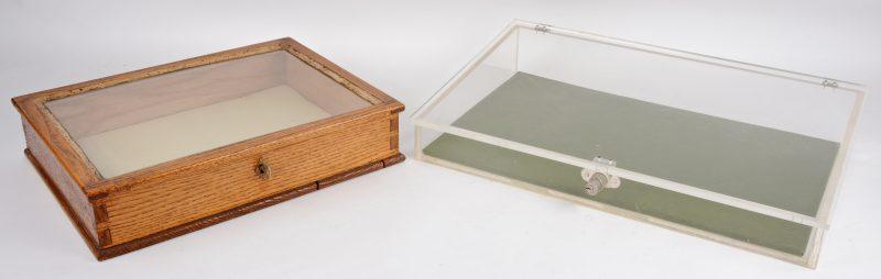 Een plexiglazen lezenaar en een houten tafelvitrine.