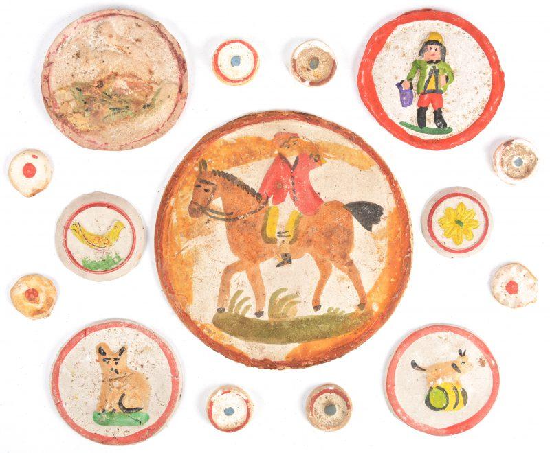 Een lot oude 'patakons', gepolychromeerde aardewerken plaquettes als decoratie voor toteman of cougnou.
