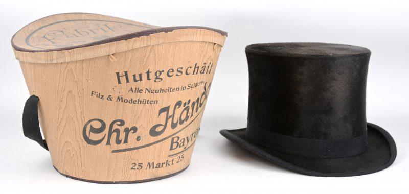 Een oude vilten hoge hoed in originele doos.