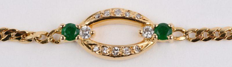 Een 18 karaats geel gouden ketting met hanger bezet met briljanten met een gezamenlijk gewicht van ± 0,20 ct. en twee smaragden van ± 0,10 ct.