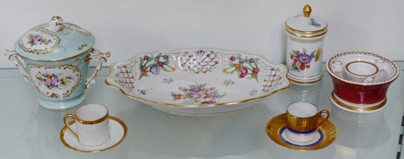 Een lot meerkleurig porselein, bestaande uit een schaal, en inktpot, twee dekselpotjes en twee kopjes op schoteltjes. Merken van Limoges, Parijs en Beieren.