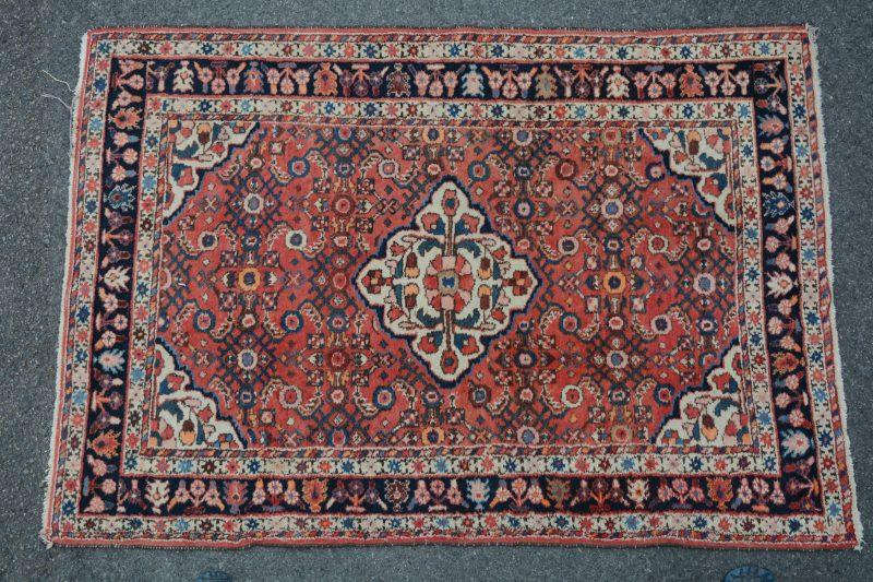 Perzisch karpet van wol met medaillon. Handgeknoopt.