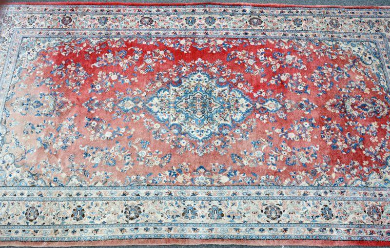 Perzisch tapijt van wol met medaillon. Handgeknoopt. Deels verschenen.