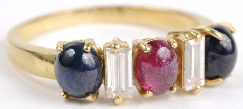 Een 18 karaats geel gouden ring bezet met diamant baguettes met een gezamenlijk gewicht van ± 0,40 ct. en robijn en saffier cabochon met een gezamenlijk gewicht van ± 0,75 ct.
