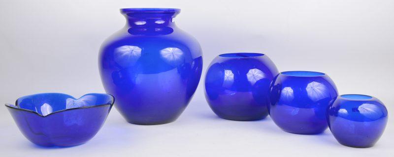 Een lot van vier vazen en een coupe van blauw glas.