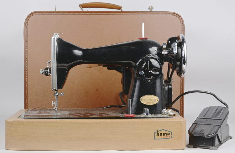 Een oude elektrische naaimachine. In koffer.