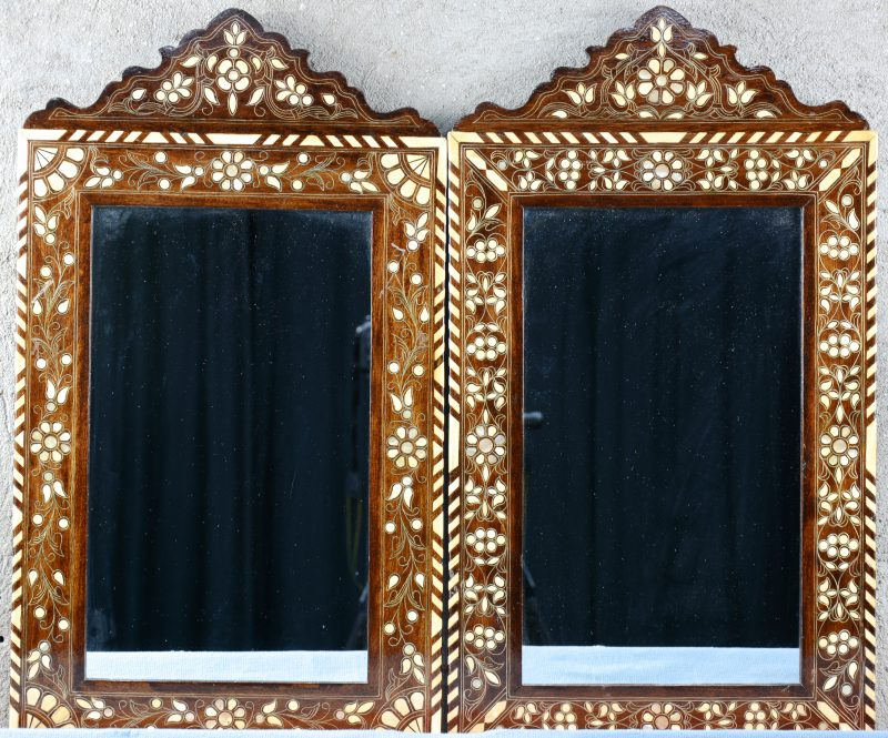 Een paar houten spiegels, ingelegd met been en parelmoer.