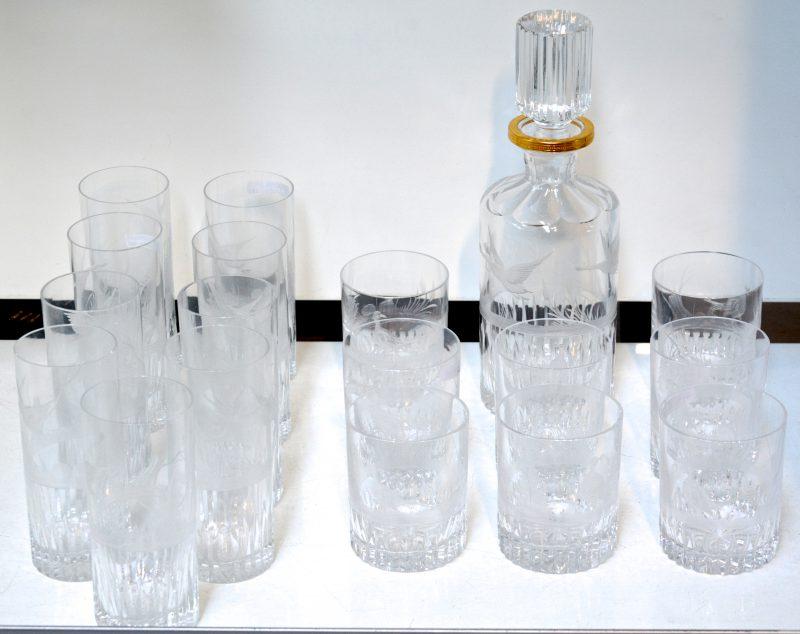 Een glasservies van kleurloos kristal, bestaande uit een karaf, negen longdrinkglazen en acht tumblerglazen, versierd met een geslepen decor van fazanten en eenden