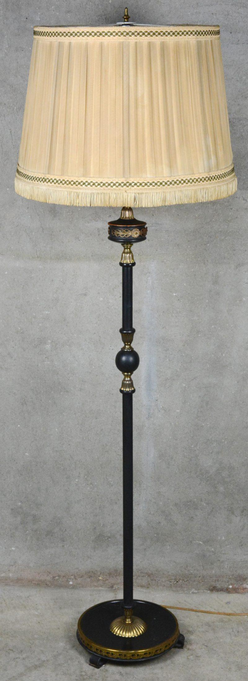 Een lampenvoet van deels zwartgepatineerd koper in Empirestijl.