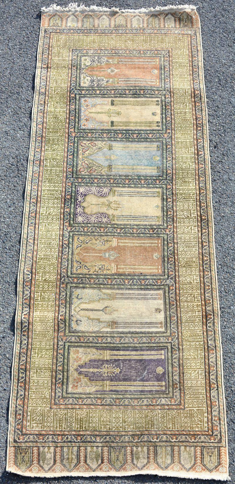 Een handgeknoopt bidkleed met zes mirhabs.
