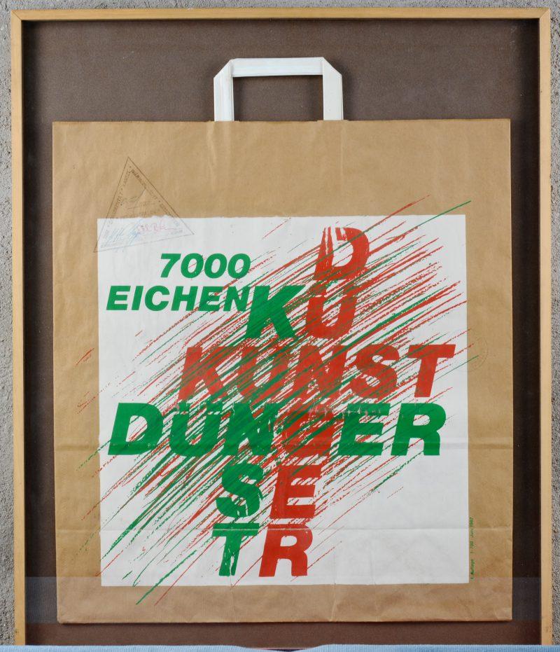 7000 Eichen Kunst Dünger. Draagtas op 700 exemplaren, nummer 35. Met authenticatiestempel van Dokumenta 7.