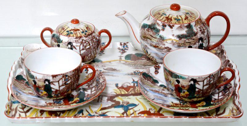 Een porseleinen tête-à-tête met Chinees decor op dienblaadje (klein letsel). Tsjechoslovakije.