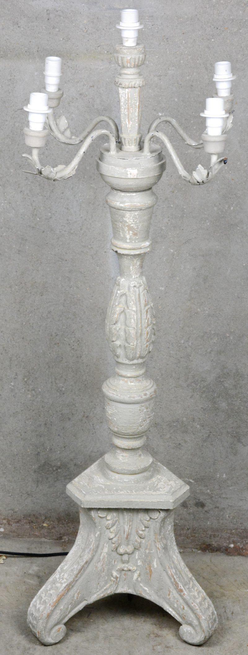 Een grijsgepatineerde houten kandelaar in barokke stijl. Gemonteerd als staande lamp.