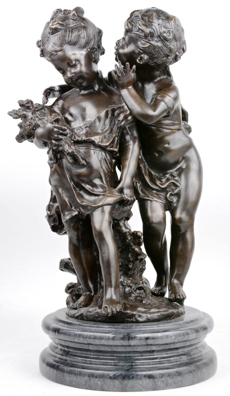 Een jongen en een meisje met houtbussel. Bronzen beeld naar Moreau.