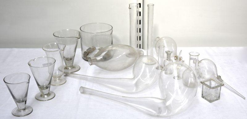Een gevarieerd lot begin XXe eeuws laboratoriumglaswerk.
