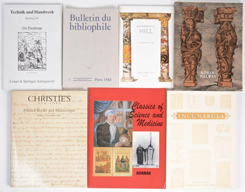 """Een gevarieerd lot catalogi van diverse internationale boekenveilingen, evenals een grote partij uitgaven van het tijdschrift """"Bulletin du bibliophile""""."""