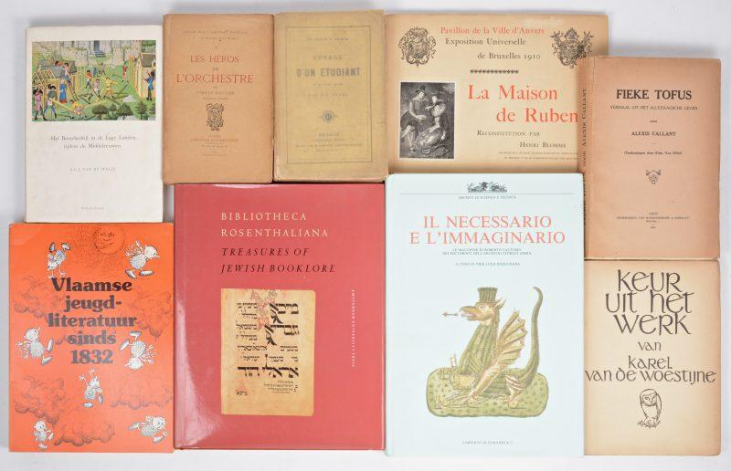Een gevarieerd lot boeken van rond 1900, bestaande uit gidsen over diverse landen, kunst, literatuur, geschiedenis, enz. Overwegend Nederlands- en Franstalige uitgaven.