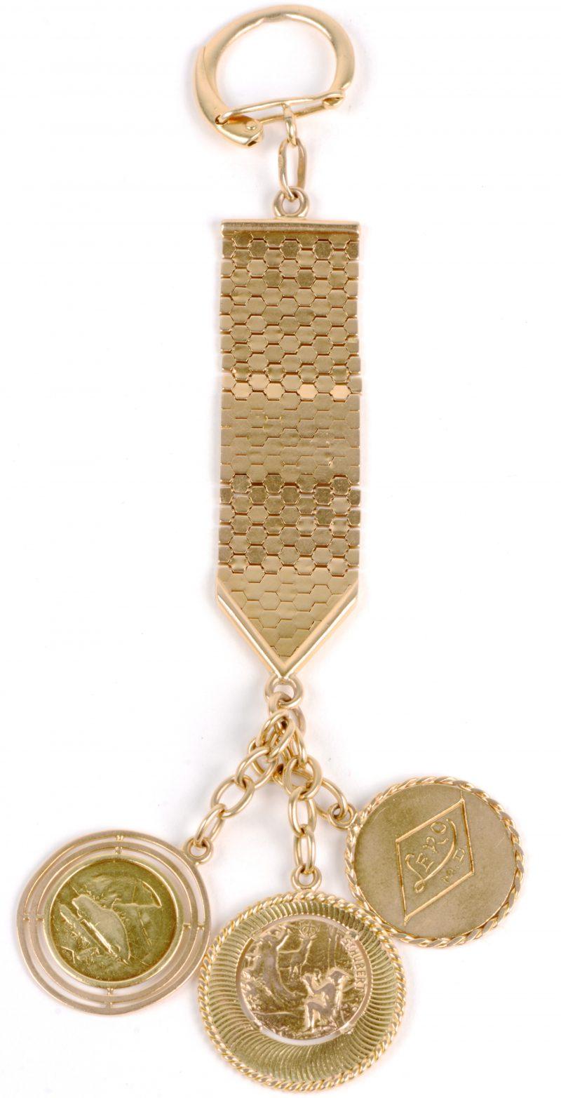 Een 18 karaats geel gouden sleutelhanger met drie chapulieren.