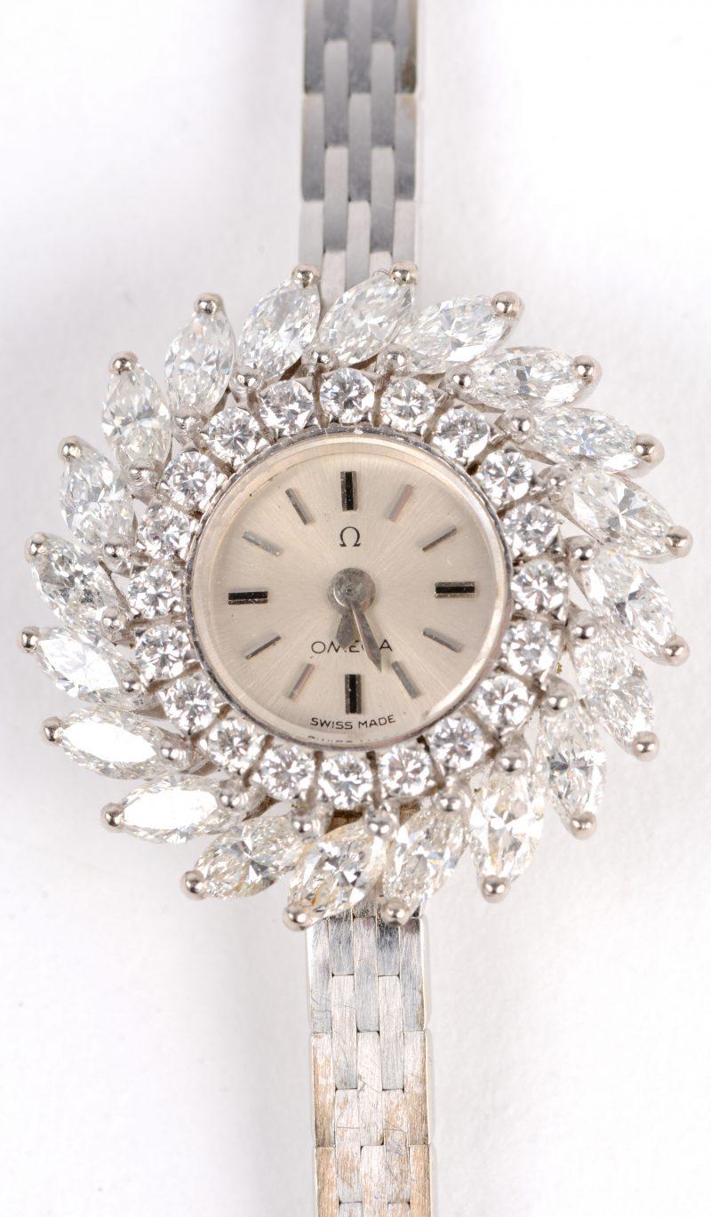 Een 18 karaats wit gouden dameshorloge bezet met briljanten met een gezamenlijk gewicht van ± 0,60 ct. en diamanten in markies geslepen met een gezamenlijk gewicht van ± 2 ct.