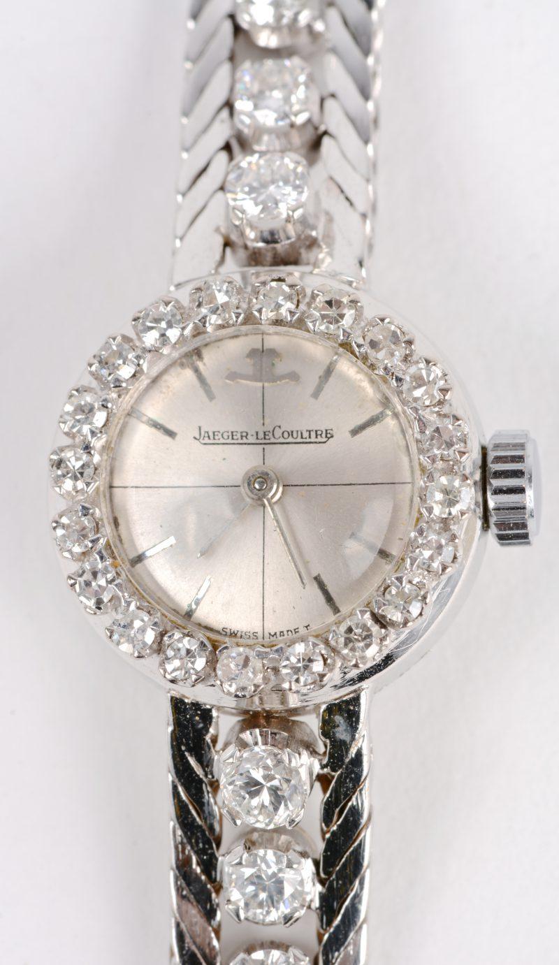 Een 18 karaats wit gouden dameshorloge bezet diamanten oude slijp en achtkant met een gezamenlijk gewicht van ± 3,10 ct.