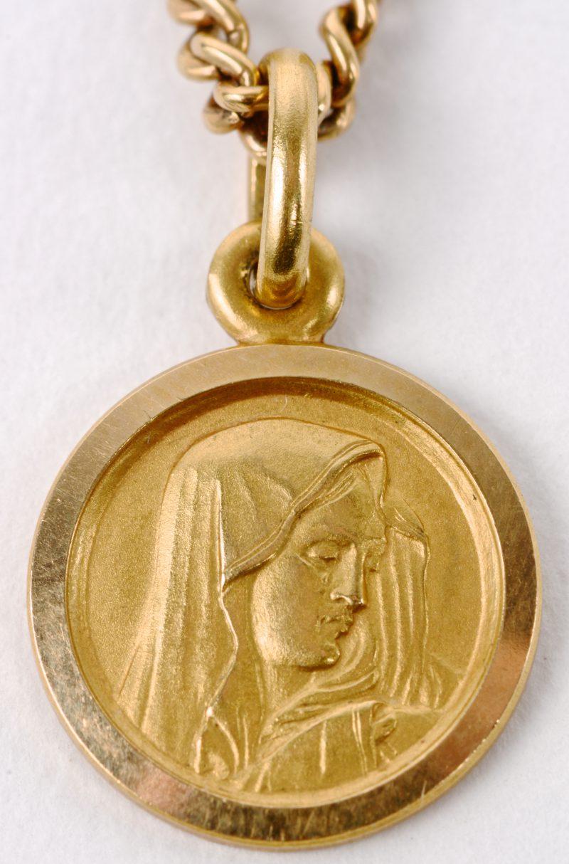 Een 18 karaats geel gouden ketting met hanger met afbeelding van Moeder Maria.