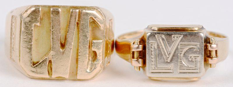 Twee cachetringen van 18 karaats geel en wit goud met initialen.