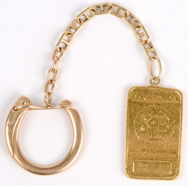 Een 18 karaats geel gouden sleutelhanger met een 24 karaats geel gouden hanger van 10 g.