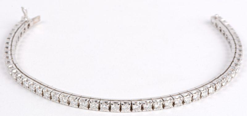 Een 18 karaats wit gouden armband rivière bezet met briljanten met een gezamenlijk gewicht van ± 5 ct. H. VS.