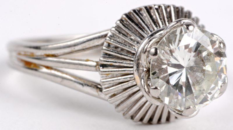 Een 18 karaats wit gouden ring bezet met een solitair van ± 1,30 ct. SI.