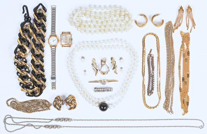 Een lot fantasie juwelen waaronder halssnoeren broches en oorbellen. Een roestvrijstalen dameshorloge van Pontiac en een herenhorloge van Roamer.