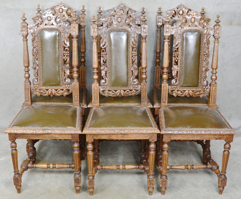 Een reeks van zes gebeeldhouwd eikenhouten stoelen in renaissancestijl met lederen zit.