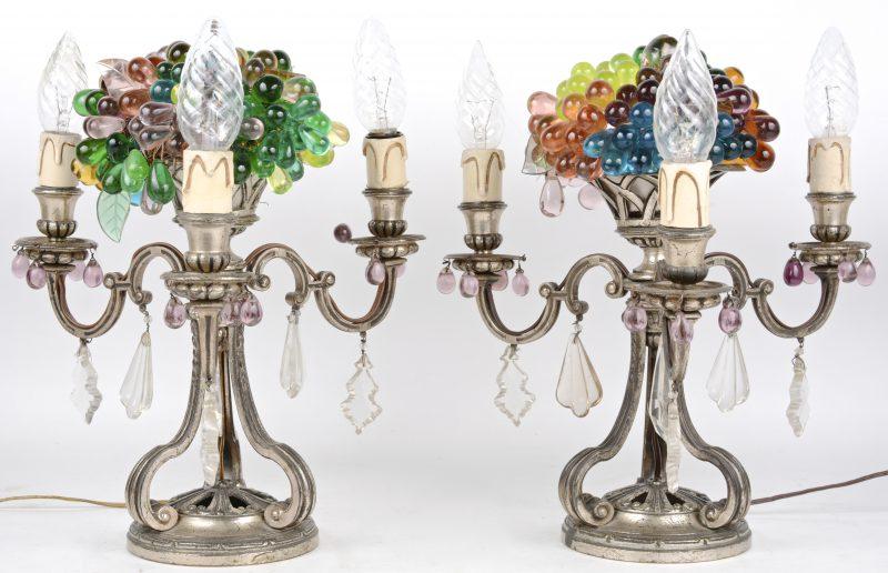 Een paar lampenvoeten met glazen kralen.
