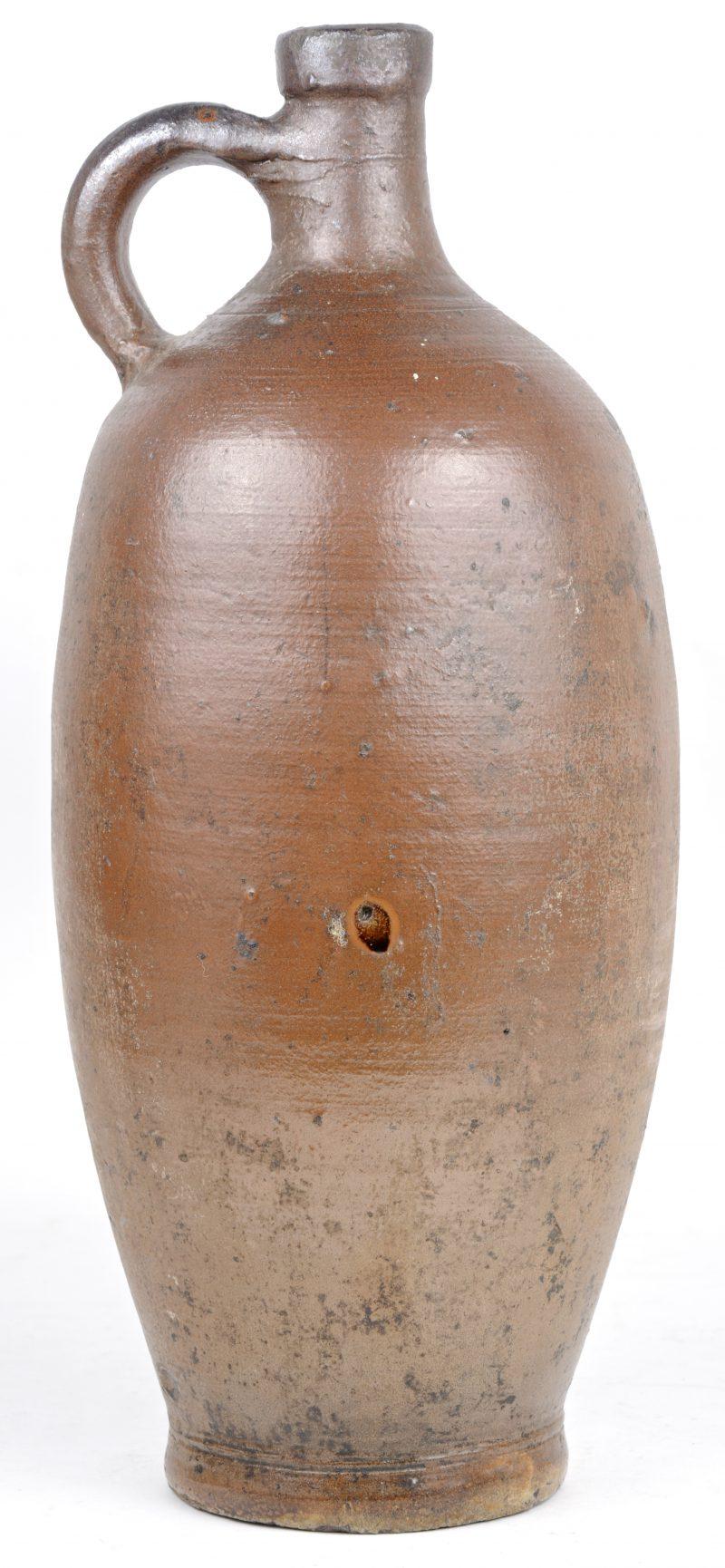 Een jeneverkruik van steengoed. Begin XXe eeuw.