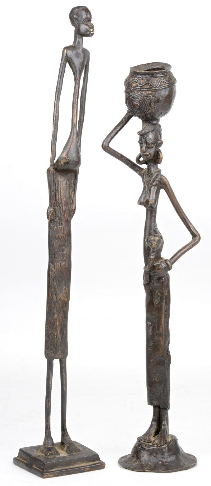 Een paar langerekte personages van Afrikaans brons.