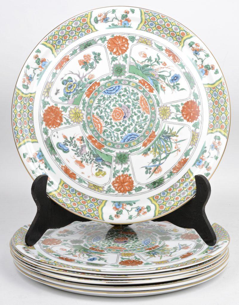 Een reeks van zes grote ronde borden van Belgisch porselein, versierd met een meerkleurig Chinees porselein. Onderaan gemerkt.