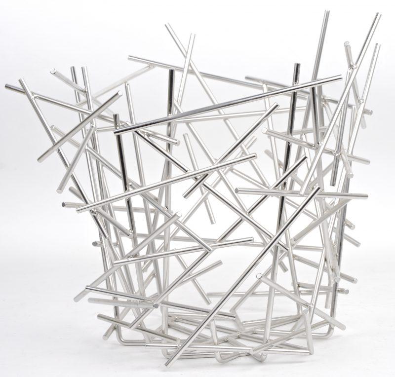 """Een hoge witmetalen fruitschaal. Model """"Blow-up, naar ontwerp van Fratelli Campana."""